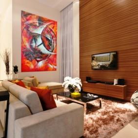 Деревянная отделка акцентной стены гостиной