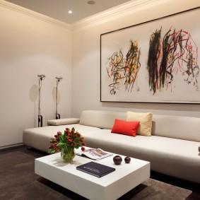 Габаритная картина над низкой спинкой дивана