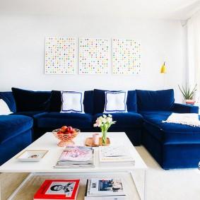 Синий диван с текстильной обивкой