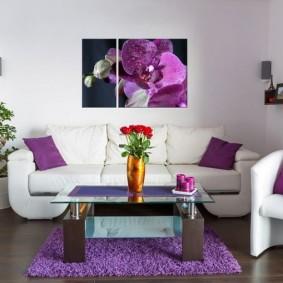 Фиолетовые подушки в интерьере гостиной