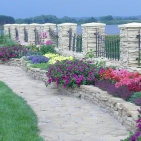 Красивый забор с каменными столбами