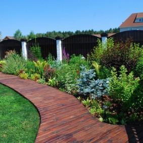 Садовая дорожка с деревянным покрытием