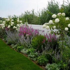 Красивое оформление забора на садовом участке