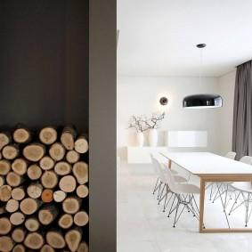 Поленница дров в интерьере жилого помещения