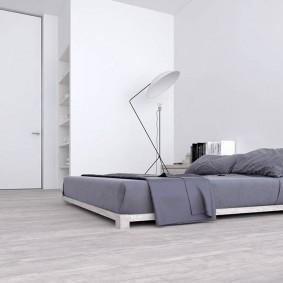 Кровать без каркаса на полу спальной комнаты