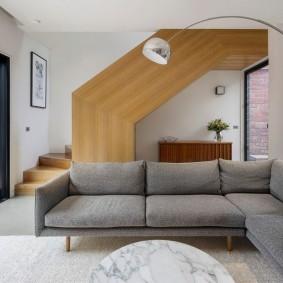 Деревянная лестница в гостиной частного дома