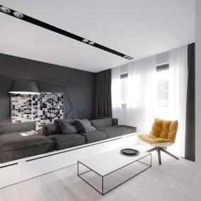 Белый потолок со встроенными светильниками