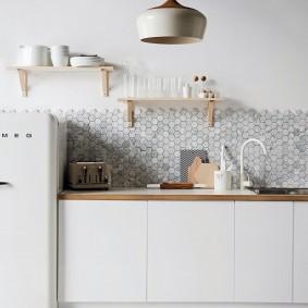 Мелкая плитка на кухонном фартуке
