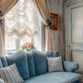 Декор окна в гостиной комнате деревенского стиля
