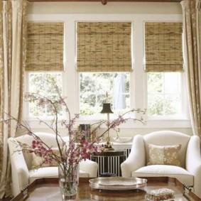 Бамбуковые шторы в паре с прямыми портьерами
