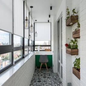 Белые шторы на окнах балкона