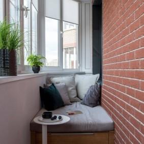 Кирпичная отделка стены на утепленном балконе