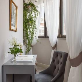 Маленький столик для работы на балконе