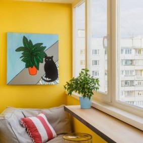 Окраска стен балкона в яркий желтый цвет