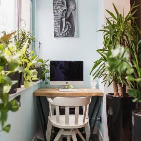 Консольный столик на балконе с теплым остеклением