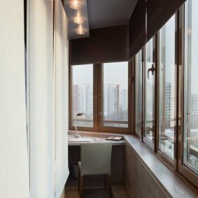 Темный потолок на длинном балконе