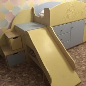 Полочка для обуви под горкой в детской кровати