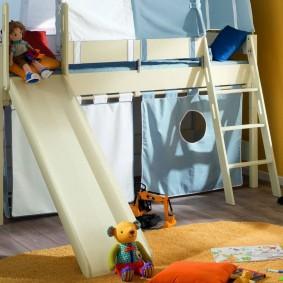 Высокая кровать с горкой для маленького ребенка