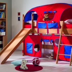 Двухъярусная кровать с тканевым верхом