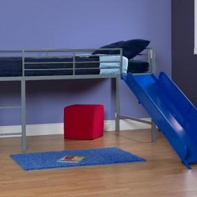 Металлическая кровать с пластиковой горкой