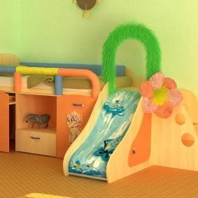 Кроватка с горкой для маленького ребенка