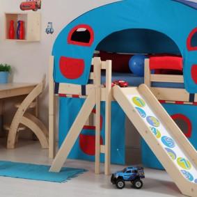 Письменный стол в углу детской комнаты