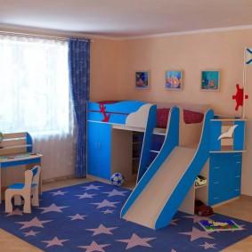 Синий ковер в игровой зоне детской комнаты