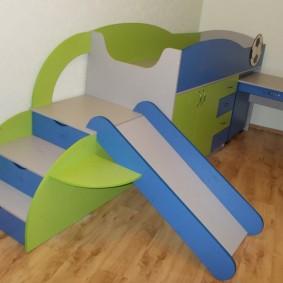 Кроватка из ламинированной ДСП с выдвижным столиком