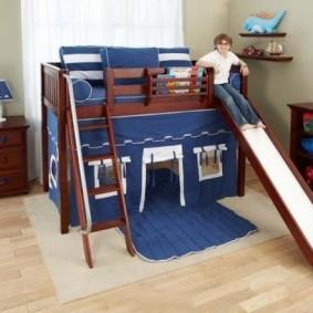 Темно-коричневая кровать с синими занавесками