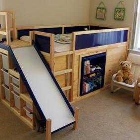 Кровать-чердак в углу комнаты для мальчика