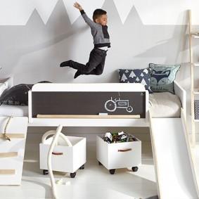 Белая мебель в спальне мальчика