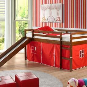 Детская кроватка с игровой зоной на нижнем ярусе