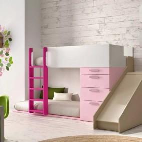 Яркая лесенка на второй уровень детской кровати