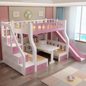 Белый стол на нижнем уровне двухъярусной кровати