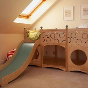 Кровать с горкой на мансарде частного дома