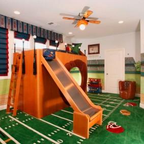 Игровой ковер на полу детской комнаты