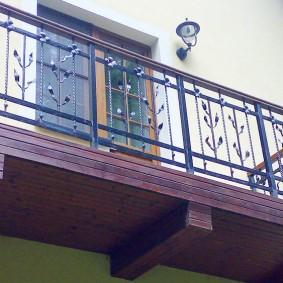 Стальные перила на деревянном балконе
