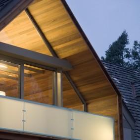 Открытый балкон в мансардной части дома