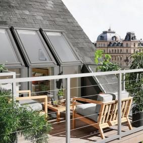 Садовая мебель на мансардном балконе