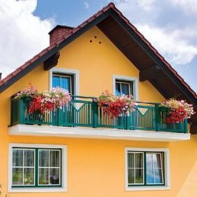 Контейнеры с цветами на перилах балкона
