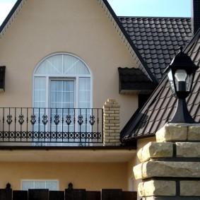 Кованные перила на фронтальном балконе