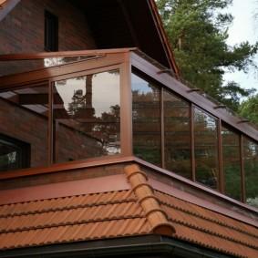 Остекленный балкон в доме с мансардой