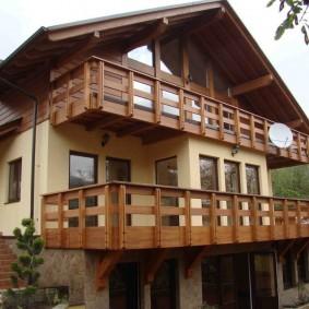 Спутниковая антенна на деревянных перилах балкона