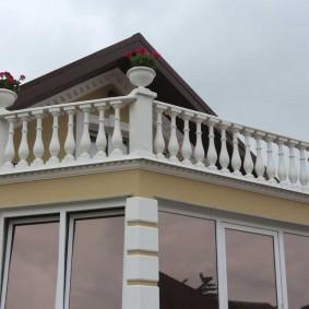 Бетонное ограждение на балконе в классическом стиле