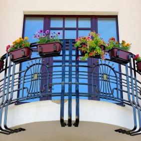 Красивый балкон с кованным ограждением