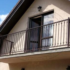 Простой балкон на раме из металлических швеллеров