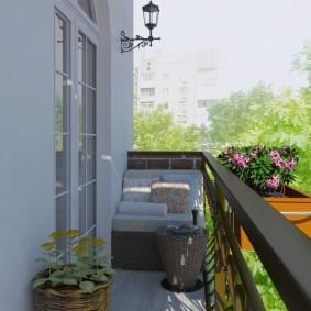 Длинный балкон на фасаде двухэтажного дома
