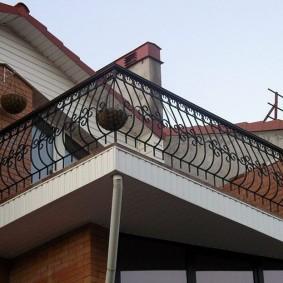 Пристроенный балкон с металлическими перилами