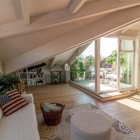 Жилая комната в мансарде с дверью на балкон