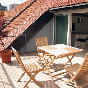 Деревянный стол прямоугольной формы